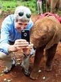 """بالصور.. كيرى يلتقط صورة سيلفى مع """"فيل"""" خلال زيارته لنيروبى"""