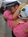 بالصور.. ضابط مرور صينى ينجح فى توليد سيدة داخل سيارة الشرطة