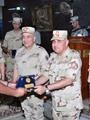وزير الدفاع يكرم أحد القادة المتميزين