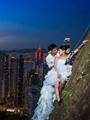 بالصور.. أزواج يخاطرون وسط الحرائق والعواصف لالتقاط صورة زفاف رائعة