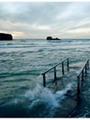 """أحد شواطئ """" كورنوال"""" قبل وبعد ارتفاع الأمواج"""