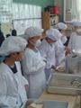 الطلاب فى اليابان يستعدون لتقديم وجبات الطعام لزملائهم