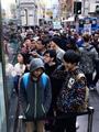 """بالصور.. تزاحم العملاء أمام متاجر آبل انتظارا لطرح """"آى فون 6"""""""