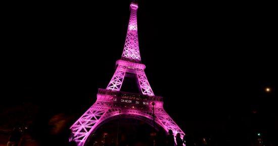 بالصور إضاءة برج إيفل باللون الوردى بمناسبة ذكرى حملة التوعية